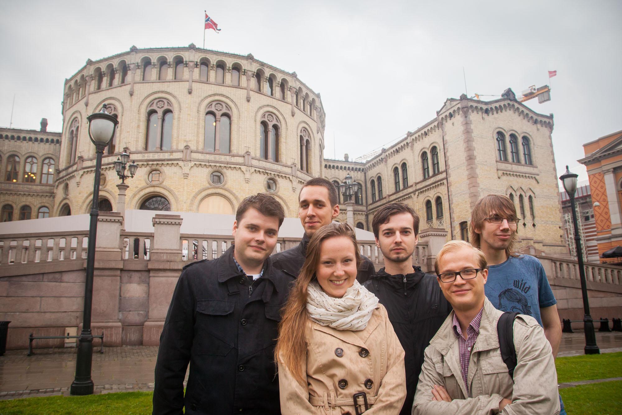 Outside the parliament in Oslo. From left: Bartosz Kahl, Daniel Bryła. Alicja Warchał. Aleksander Ciepiela, Patryk Konor and Piotr Malinowski. Photo: John Einar Sandvand