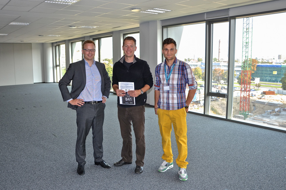 Site manager Tomasz Zarzeczny taking over the offices from Adam Schroeder from Olivia (left) and interior architech Mateusz Szczecinski (right)